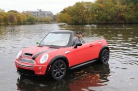 MINI Cooper плывет по реке